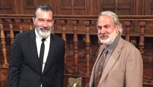 Antonio Banderas (Izda.) y Carlos Ciriza, con la escultura de éste.