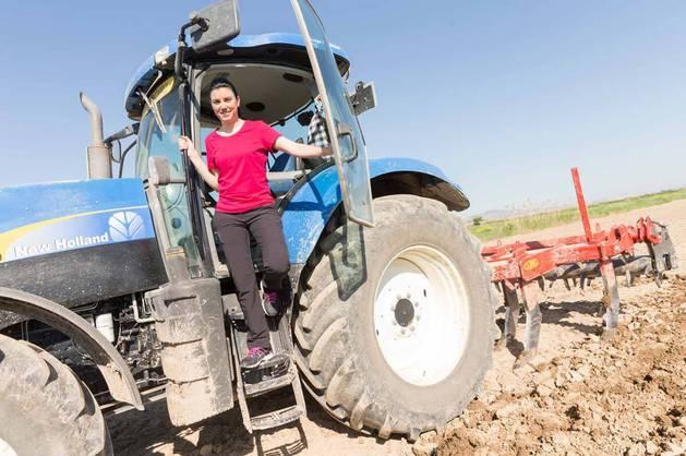 Imagen de María José Arrondo Lahera en su tractor en la explotación que lleva en Fustiñana.