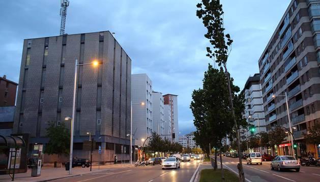 Imagen del edificio de Telefónica en la avenida de Bayona, a la izquierda, objeto del litigio en los tribunales.