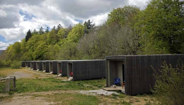 """Imagen del campamento de las ocho """"cabañas"""" (bordas) de Roncesvalles, vacío este lunes en el inicio de la temporada de peregrinaje a Santiago."""
