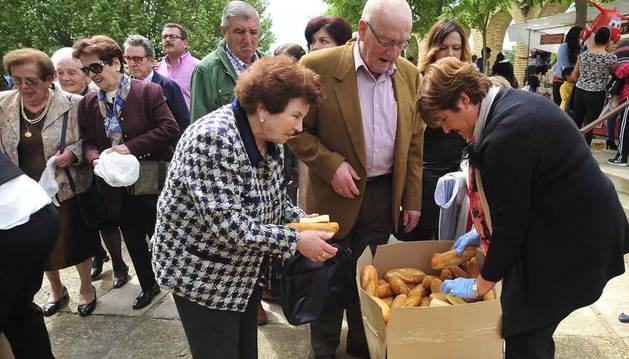 Imagen del reparto de pan y queso tras la eucaristía.