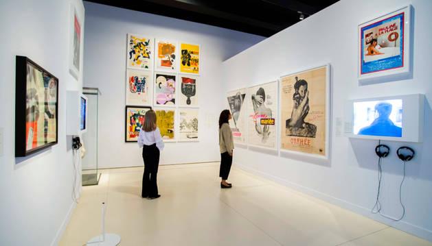 Foto de dos visitantes en la exposición Arte y cine. 120 años de intercambio.