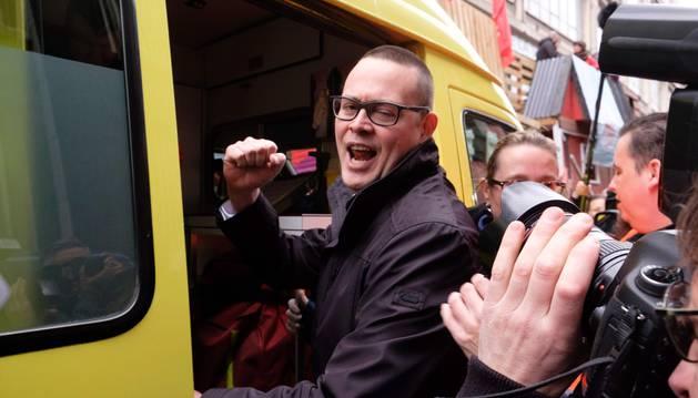 Foto de Raoul Hedebouw entra en una ambulancia tras ser atacado con un cuchillo durante un mitin del 1 de mayo.
