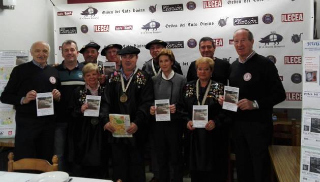 Foto de los miembros del gran consejo de la Orden del Cuto Divino de Tafalla presentaron los premios.