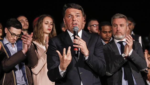 El exprimer ministro italiano Matteo Renzi recupera el mando del PD