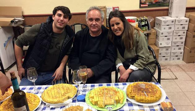 Foto de Adrià, entre Sergio Martínez, que lo invitó al jurado, y su hermana Isabel, con las tortillas delante.