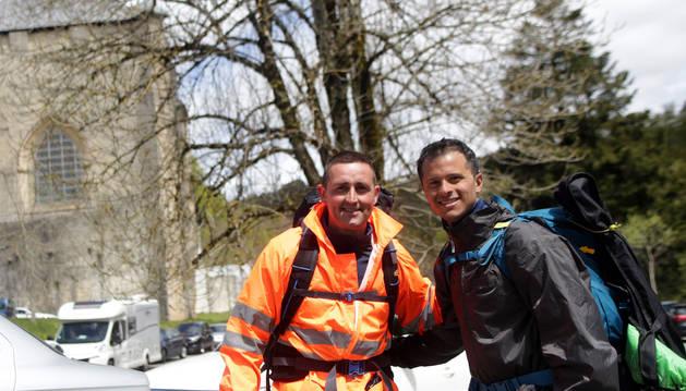 Los peregrinos David García Beneito y Mauricio González Scaltritti, ayer en su llegada a Roncesvalles.
