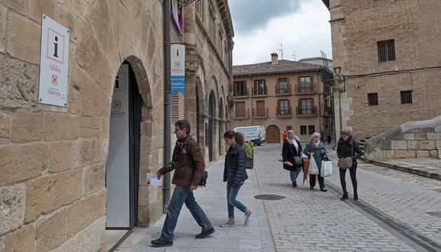 Imagen de turistas acceden este martes por la mañana a la oficina de información de la calle San Nicolás.