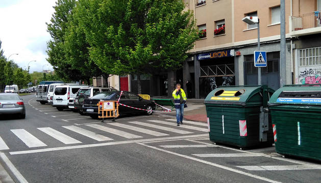 Imagen de un empleado de la Mancomunidad de Pamplona este martes en el paso de la calle Río Arga con poca visibilidad.