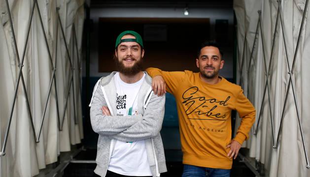 Los jugadores andaluces del Magna, Víctor Arévalo y Jesús Solano 'Jesulito', posan en el túnel de vestuarios del pabellón Anaitasuna.