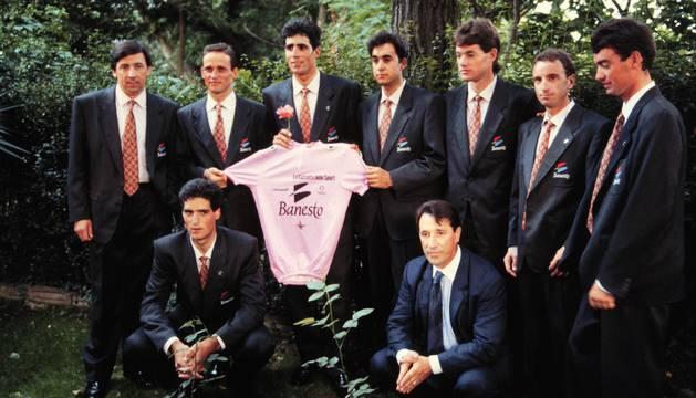 Induráin y el equipo del Giro 1992. Arriba: Unzué, Fuchs, Induráin, San Román, Uriarte, Lukin, Philipot. Abajo Pruden y Echávarri.