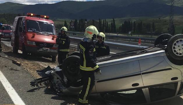 Los bomberos, en el lugar del accidente en la A-21.