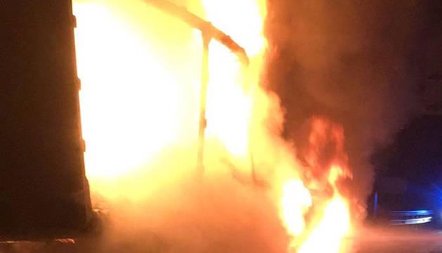 Los bomberos sofocan el fuego del camión en la A-15.
