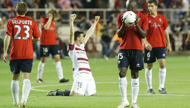 Delporte, David López, Webó y Raúl García lamentan la eliminación, mientras el sevillista Martí lo celebra con las rodillas en tierra.