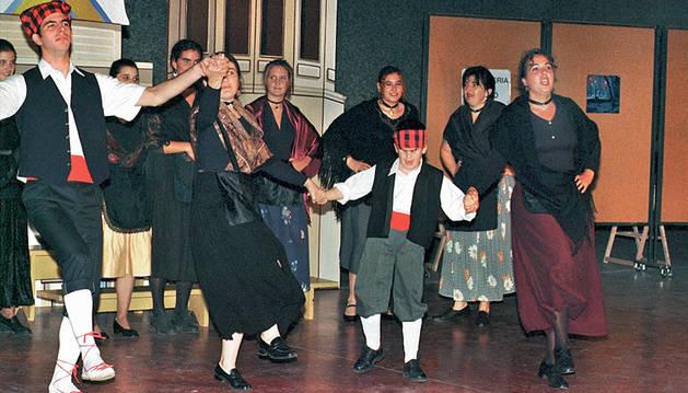 1997: Zarzuela 'Gigantes y cabezudos' con el alumnado de canto de la Escuela de Música