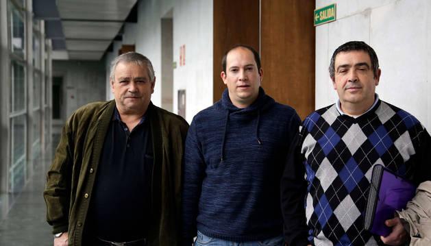 Foto de Prudencio Quiroga, Joseba Moreno y Germán Castillo, de las asociaciones de pescadores de Baztan y Bera.