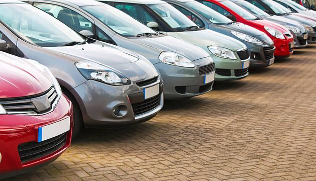 Varios coches en una exposición para su venta.