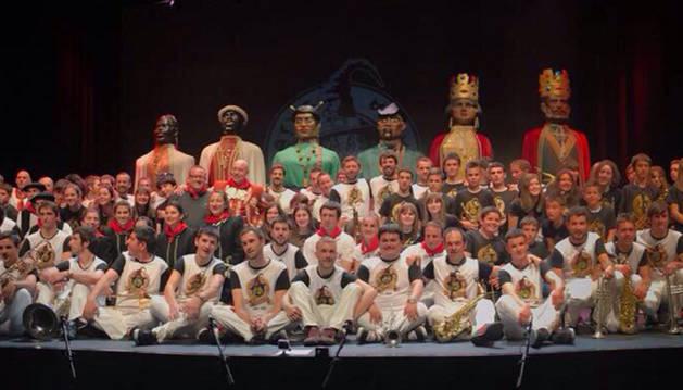 Foto de diferentes artistas y varios colectivos de Tafalla quisieron arropar a la charanga Malatxo en el concierto de su veinte aniversario.