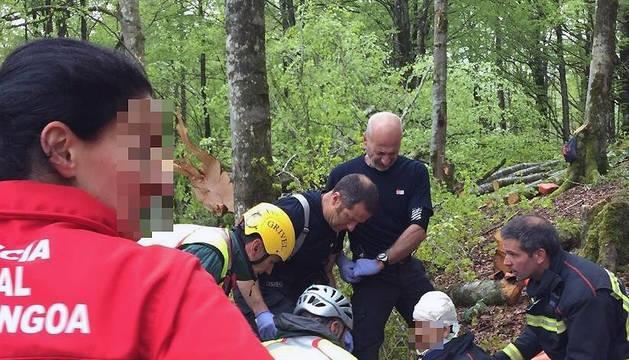 Los servicios de emergencia atienden al herido en Urbasa.