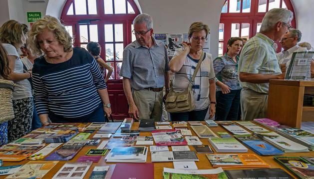 Imagen de visitantes en la oficina del Consorcio Turístico de Tierra Estella en la ciudad del Ega.