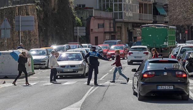 Imagen de un agente de Policía Municipal dirigiendo el tráfico en un cruce de la avenida Yerri de Estella.