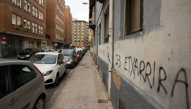 Imagen de una pintada en una fachada particular en la calle Joaquín de Azcárate de Burlada.