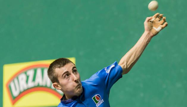 Joanes Bakaikoa golpea de aire en un partido.