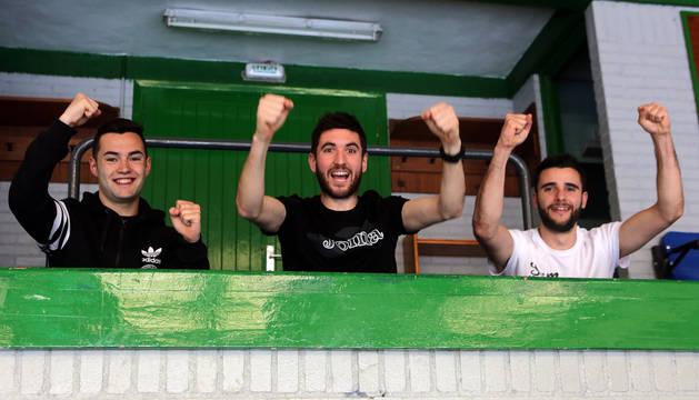 Los tres jugadores de Irurtzun del Magna Gurpea, Dani Saldise, Roberto Martil y Asier Llamas, animados para luchar por el título de la Copa del Rey.
