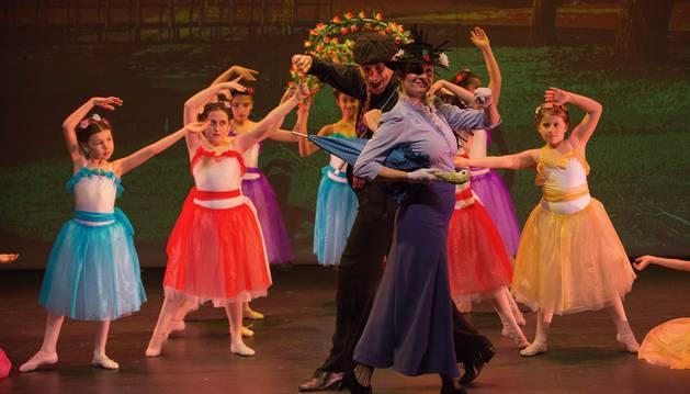 Un momento de la representación del musical llevada a cabo el fin de semana en la casa de cultura de Aoiz.