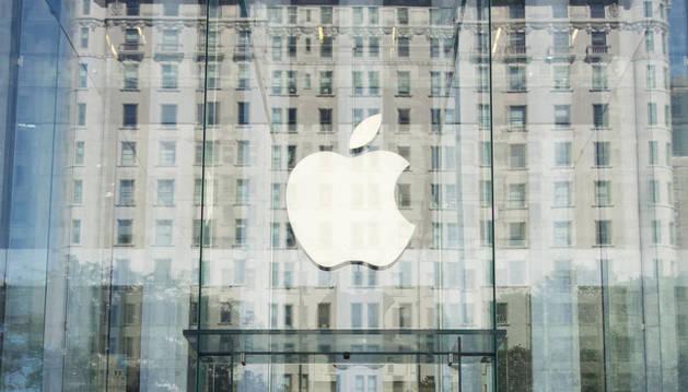 El logo de la empresa en la tienda de la Quinta Avenida de Nueva York
