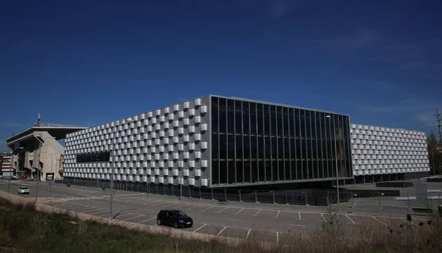 Foto del pabellón Reyno Arena visto desde la parte trasera, donde se habilitó un nuevo vial en las obras de urbanización.