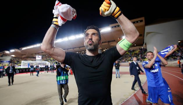 Buffon celebra el triunfo de su equipo.