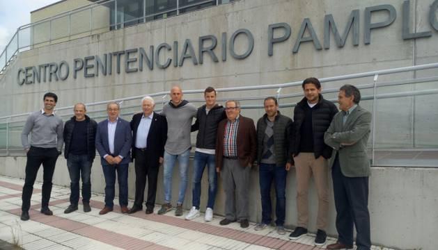 Representantes del club visitaron ayer el Centro Penitenciario de Pamplona