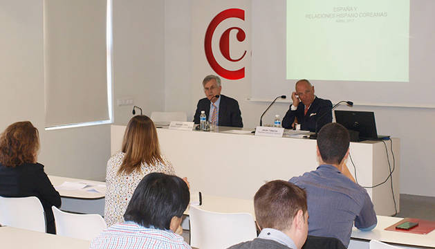 foto del El embajador de España en Corea del Sur, Gonzalo Ortiz Diez-Tortosa, junto al presidente de Cámara Navarra, Javier Taberna.