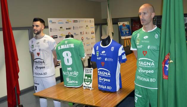 El portero Asier Llamas y el capitán Javi Eseverri visten la equipación especial para la Copa