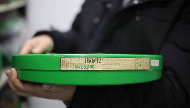 Foto de la lata con la película de Irrintzi, en un fotograma de Irrintziaren oihartzunak.
