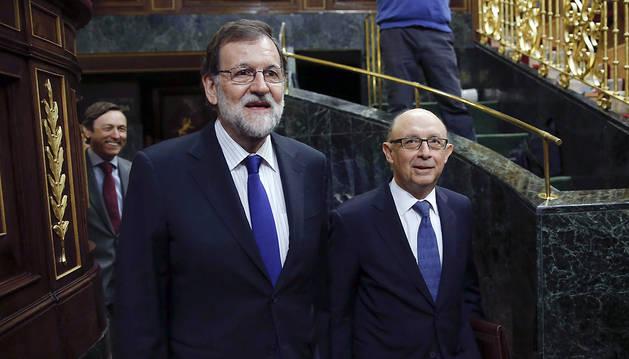 El presidente del Gobierno, Mariano Rajoy, y el ministro de Hacienda, Cristóbal Montoro, a su llegada al Congreso de los Diputados este miércoles.