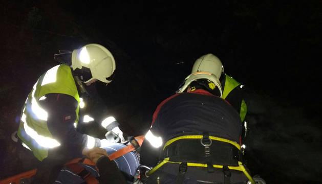 Los bomberos inmovilizan al herido en Xorroxin.