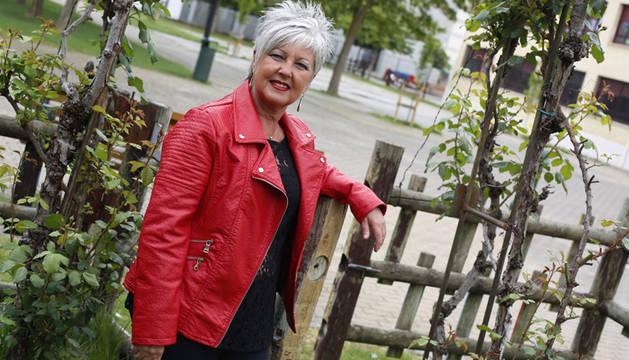 Mariaje Vicente posa a la entrada del huerto del colegio público Ezkaba.