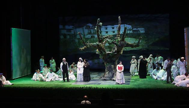 Los tres principales intérpretes de 'el caserío'. De izda. a dcha, el barítono Santos Ariño (que interpreta a Santi); la soprano navarra Noemí Irisarri (Ana Mari) y el tenor Igor Peral, también navarro, como José Miguel.