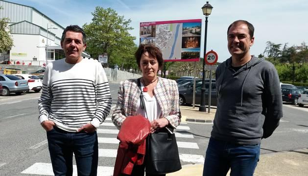Alfredo León (Comunicación municipal), Carmen Cosín (edil de Turismo) y Carlos García (Cederna Garalur), ante un nuevo cartel turístico.