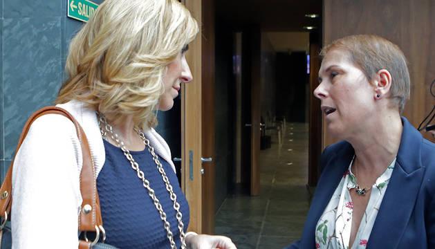 Ana Beltrán (izda.) y Uxue Barkos conversan en un pleno anterior.