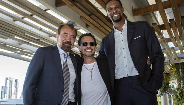 Anthony rodeado del empresario inmobiliario Jorge Pérez el jugador de baloncesto del Miami Heat, Chris Brown.