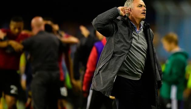 El entrenador del Manchester United, José Mourinho, hace un gesto a la grada.