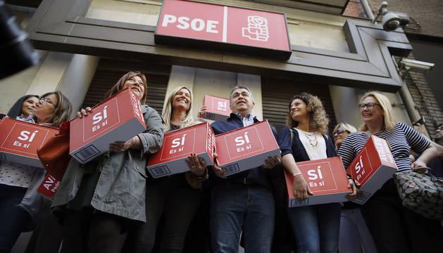 Un grupo de militantes entrega las 57.369 firmas para la candidatura a las primarias de Pedro Sánchez.