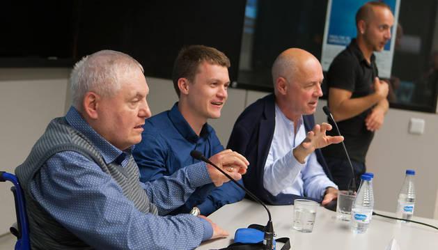 (De izq. a dcha.) Alexander Suvorov, su traductor Oleg, el cineasta ruso Algis Arlauskas y un intérprete de lenguaje de signos.