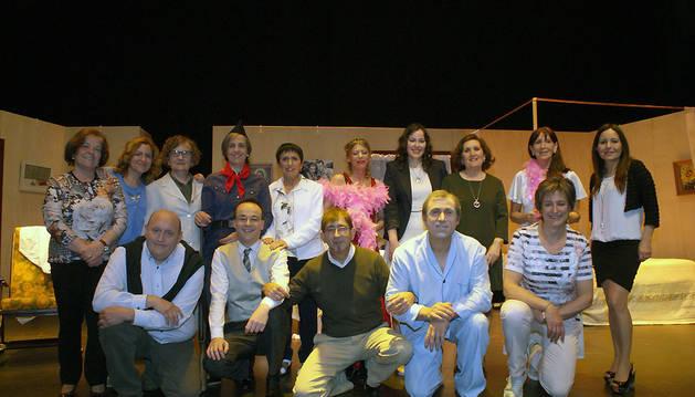 El elenco de actores del grupo 7 Caños de Cascante posa después de la primera representación.