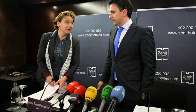 Eva Blanco y Juan Ramón Lafón, minutos antes de comenzar una rueda de prensa en la que explicaron los motivos de su salida de la directiva de Sabalza.