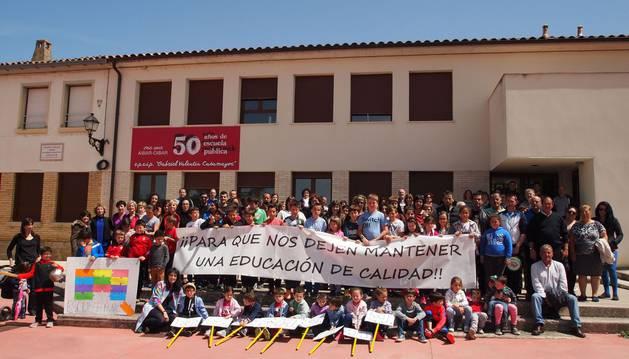 Profesores, alumnos, familias y vecinos se sumaron a la jornada reivindicativa en favor del colegio público Gabriel Valentín Casamayor de Aibar.