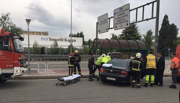Foto de varios bomberos que sacan el cuerpo del herido del vehículo.